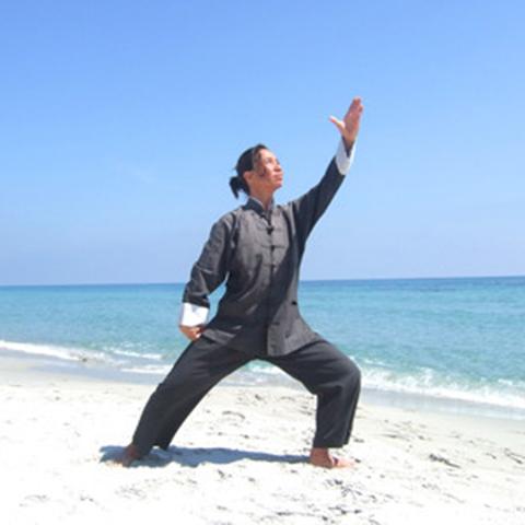 Tanja Nie bei der Tai Chi Form am Strand