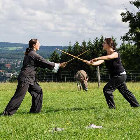 Tai Chi Schülerinnen beim Schwert üben in Agatharied - Foto: Ralf Eiser